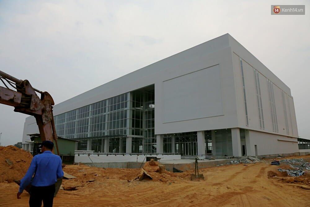 Nhà ga trung tâm đang trong quá trình hoàn thiện, kính chắn phía mặt tiền đã được lắp đặt.