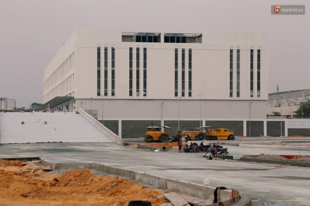 Nhà ga trung tâm có 4 tầng trên mặt đất và 2 tầng hầm, diện tích sàn xây dựng khoảng 49.680 m2. Công năng gồm nhà ga hành khách, văn phòng làm việc, các dịch vụ hỗ trợ hành khách và nhân viên như căng tin,...