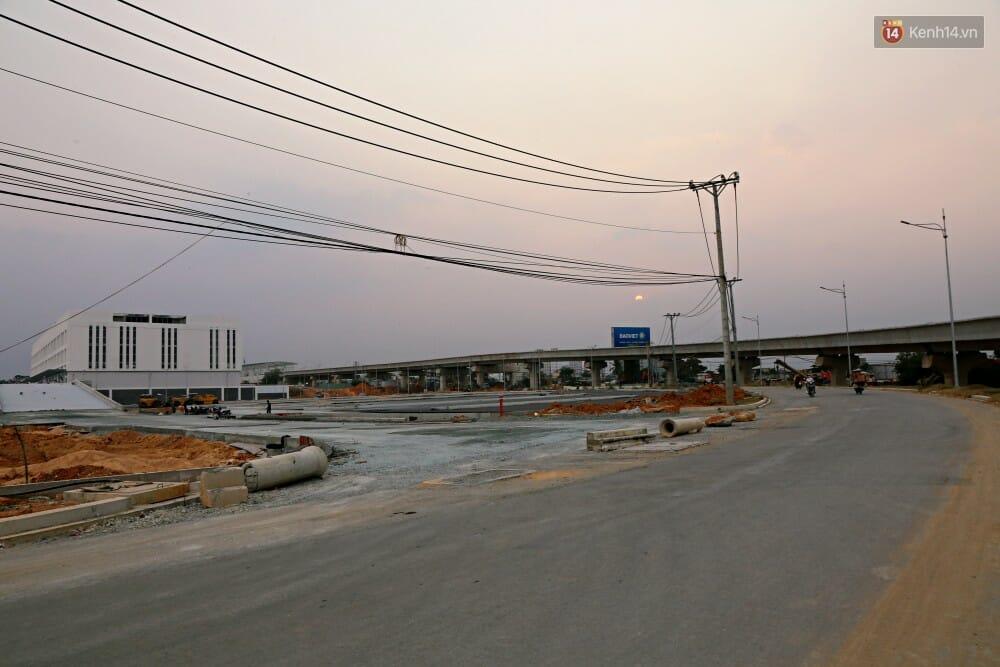 Con đường bao quanh bến xe, uốn cong theo tuyến đường sắt Metro.