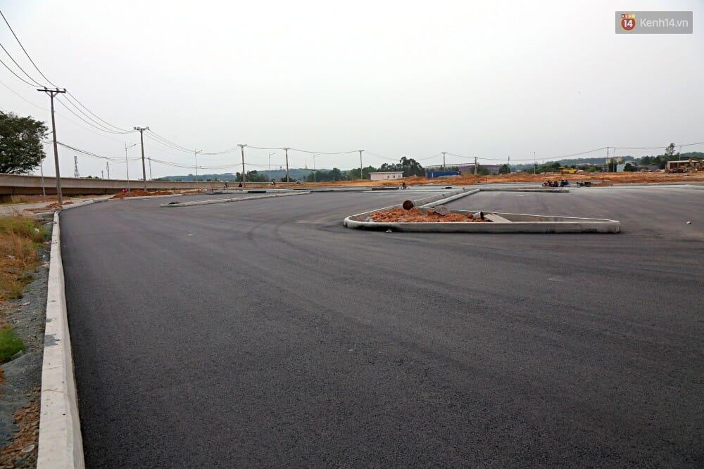 Vị trí ra vào bãi đậu của các xe khách đã hoàn thành việc trải nhựa đường.