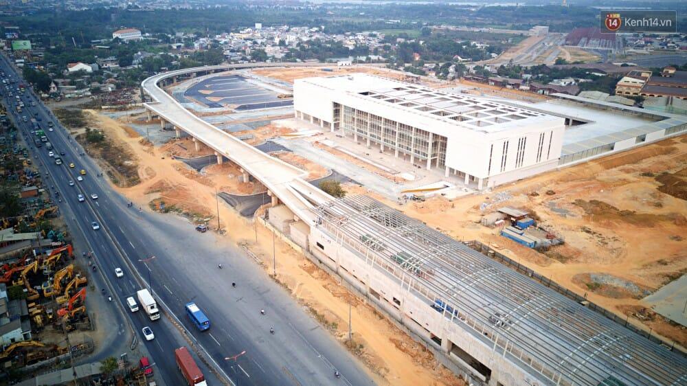Nhà ga tuyến Metro số 1 nằm trước bến xe giúp hành khách có thể di chuyển thuận tiện từ trung tâm TP ra bến xe và ngược lại. Hiện nhà ga trung tâm bến xe đã thành hình.