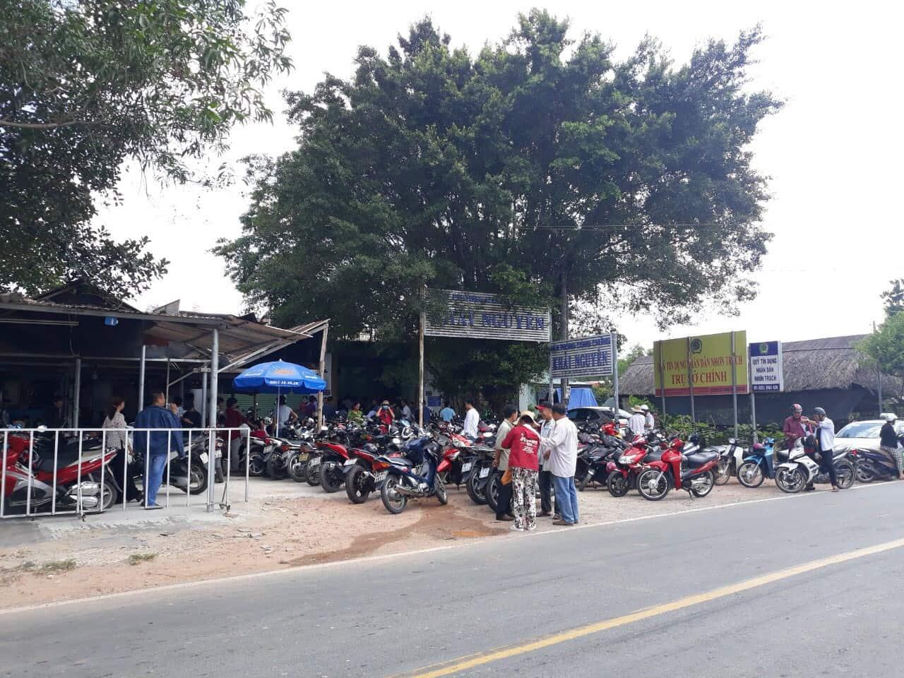 Chỗ để xe kéo dài ra đường tại một phòng công chứng trên địa bàn huyện Nhơn Trạch. Ảnh: Hạ Vy