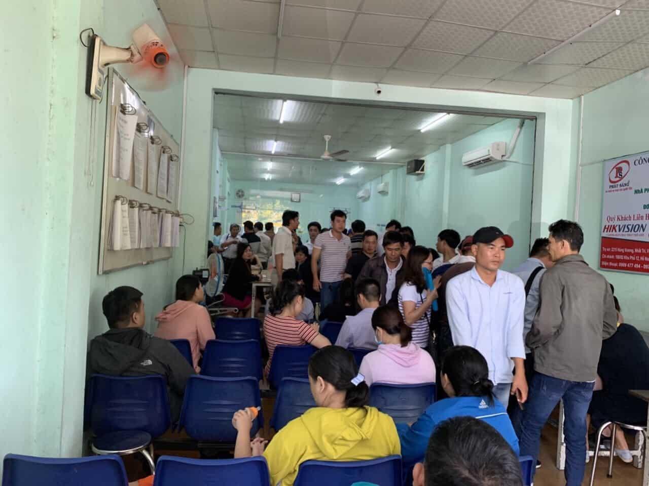 Những ngày này phòng công chứng huyện Nhơn Trạch trong tình trạng quá tải. Ảnh: Hạ Vy