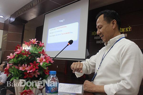 Giám đốc Trung tâm Phát triển quỹ đất tỉnh Nguyễn Đồng Thanh giám sát thời gian đấu giá các vòng