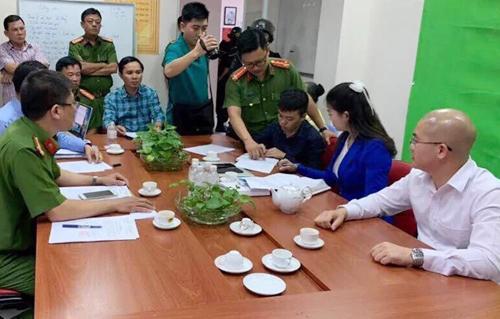 Chủ tịch Alibaba Nguyễn Thái Luyện (áo sơ mi trắng) làm việc với cơ quan điều tra chiều 18/9. Ảnh: Công an cung cấp.
